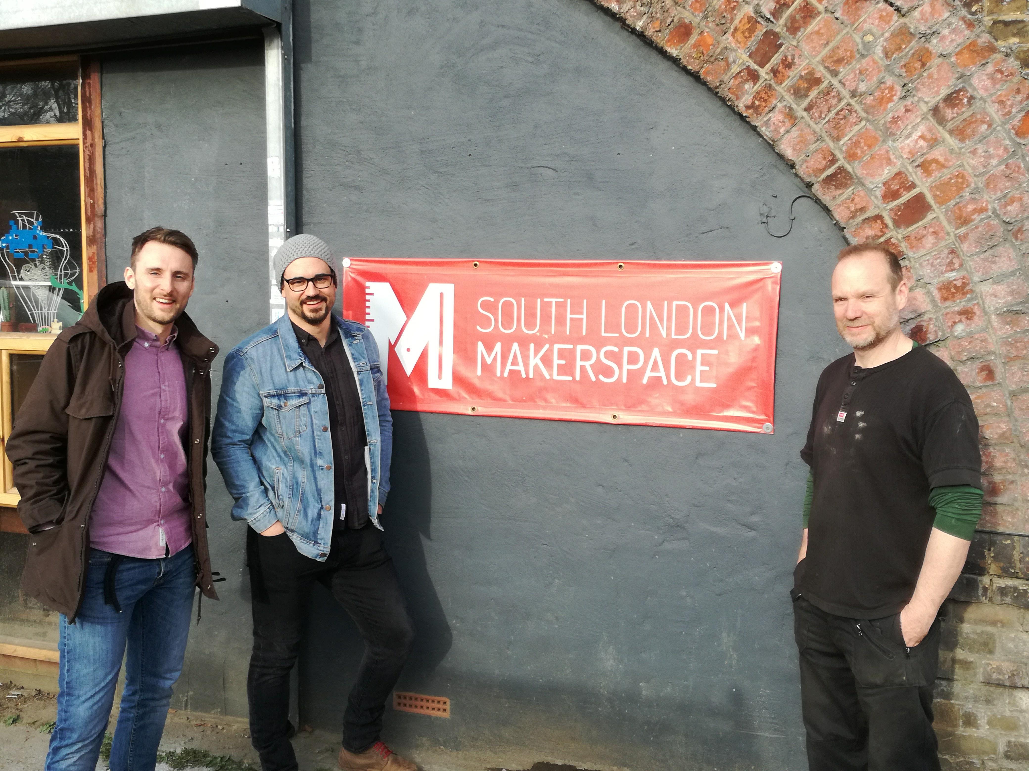 Manuel Steinhuber und Sebastian Schuster, beides Vorstände des Vereins Steyr-Werke stehen mit Director Dermot Jones vor dem South London Makerspace.